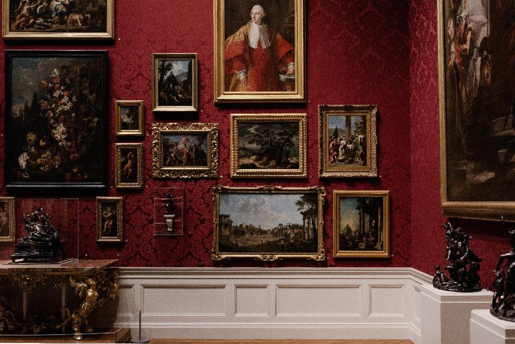 tableau anciens accroché au mur