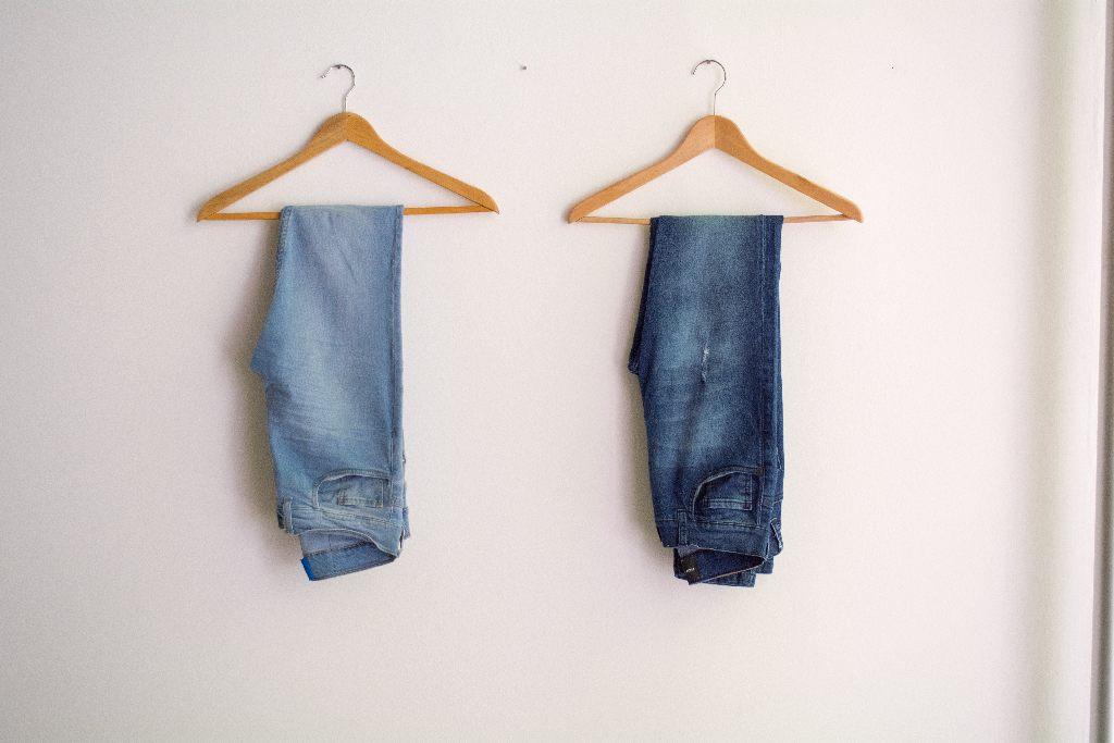jeans sur des cintres